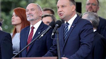 Prezydent RP Andrzej Duda i szef MON Antoni Macierewicz w czasie Święta Wojska Polskiego, 2017.