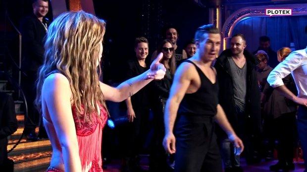 """Ewelina Lisowska po piątkowym odcinku """"Tańca z Gwiazdami"""" pozowała fotoreporterom w pojedynkę. Tomasz Barański przyglądał się z boku i bardzo chciał przyłączyć do zabawy. W  pewnym momencie pociągnął nawet partnerkę za rękę! Co ona na to?"""