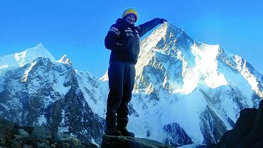 Adam Bielecki na tle K2