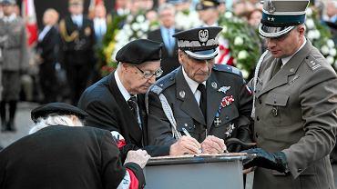 Obchody rocznicy wybuchu powstania warszawskiego w 2015 roku. W środku generał Zbigniew Ścibor-Rylski