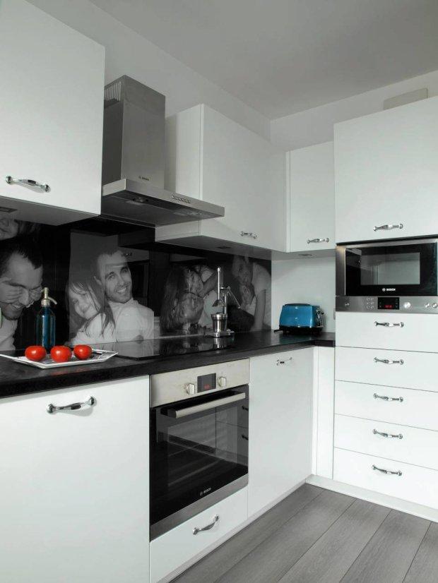 Kuchnia ze zdjęciem nad blatem