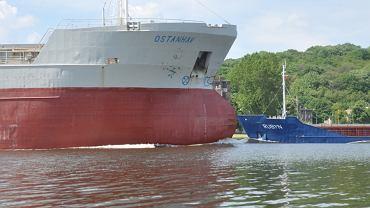 Północny Szczecin. Odra to ruchliwy tor wodny i miejsce, w którym co rusz obserwować statki wchodzące i wychodzące z portu