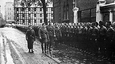Josef Meier, szef Selbstschutzu, nadburmistrz Werner Kampe i Ludolf von Alvensleben przeglądają swoje oddziały we wrześniu 1939 przy ul. Mostowej