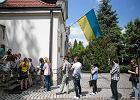 T�umy Ukrai�c�w g�osuj� w krakowskim konsulacie