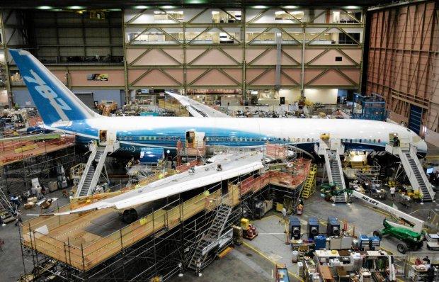 Pierwszy Boeing 787 Dreamliner w hali monta�owej firmy, 2008 r.