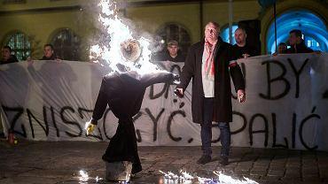 Piotr R. podpala kukłę Żyda w czasie antyimigranckiej manifestacji ONR na wrocławskim Rynku, 18 listopada 2015 r.