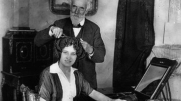 Marcel Grateau (1852-1936) zwany 'aniołem ondulacji'. Gdy na swoim 'żelazku do włosów' zarobił milion franków, zrezygnował z pracy i przeniósł się do swej posiadłości w Normandii.