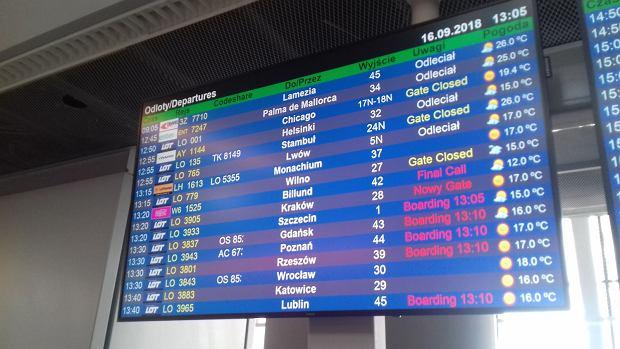 Tablica odlotów na Lotnisku Chopina w Warszawie. Od niedawna można na niej znaleźć połączenie LOT-u do Lublina