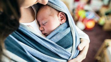 Chusta do noszenia dziecka umożliwia wyjątkowy kontakt maluszka z jego rodzicem. Wiele osób boi się, że nie będzie potrafiło się nią omotać - każdy jest się w stanie tego nauczyć. Jak wiązać chustę do noszenia dziecka?