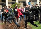 Narodowcy blokowali robotników stawiających Tęczę na pl. Zbawiciela