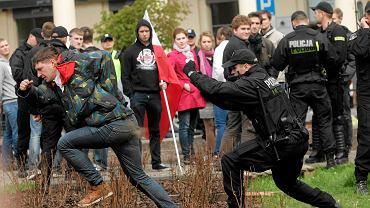 Policja zatrzymuje osoby nielegalnie blokujące wysepkę na śriodku pl. Zbawiciela