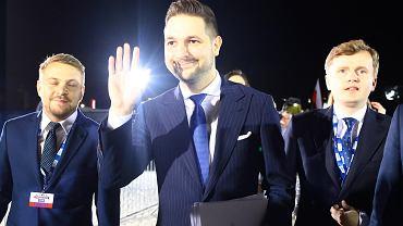Patryk Jaki w drodze na debatę w TVP. Po jego prawej Jacek Ozdoba