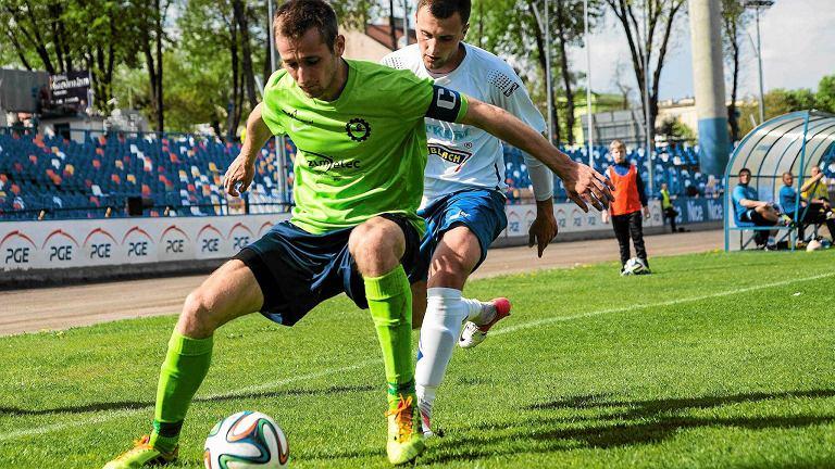 Krystian Getinger, obrońca Stali Mielec (w zielonej koszulce). Mecz ze Stalą Rzeszów (sezon 2013/14)