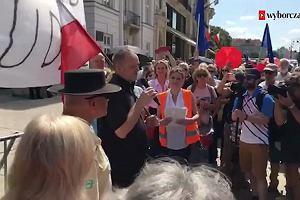 """""""Wasz głos jest głosem kościoła"""". Ks. Wojciech Lemański spotkał się z protestującymi przed Pałacem Prezydenckim"""