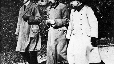 15 stycznia 1917 r., inauguracyjne posiedzenie Tymczasowej Rady Stanu Królestwa Polskiego na Zamku Królewskim w Warszawie. Józef Piłsudski (zaznaczony czerwoną strzałką) został w niej referentem Komisji Wojskowej. 25-osobowa TRS miała zapoczątkować tworzenie Królestwa Polskiego, które cesarze Niemiec i Austro-Węgier obiecali w 'Akcie 5 listopada'. W rzeczywistości nie miała żadnych poważnych uprawnień, bo trudno za takie uważać prawo do przedstawiania stanowiska w ważnych sprawach, którego i tak okupanci nie brali pod uwagę. Z punktu widzenia okupantów TRS miała być niezobowiązującym gestem politycznym umożliwiającym realizację celu podstawowego - zdobycie rekruta polskiego - pisał Andrzej Garlicki, biograf Piłsudskiego. Alians Piłsudskiego z państwami centralnymi zakończył się definitywnie pół roku później, gdy legioniści na jego polecenie odmówili złożenia przysięgi na wierność cesarzowi Niemiec, za co zostali internowani.