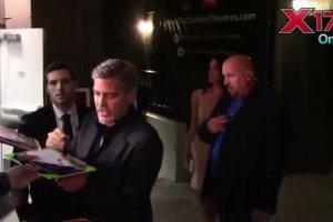 George Clooney nie m�g� oderwa� wzorku od Amal. Nie wytrzyma� i... Nic dziwnego, sp�jrzcie na t� mini!