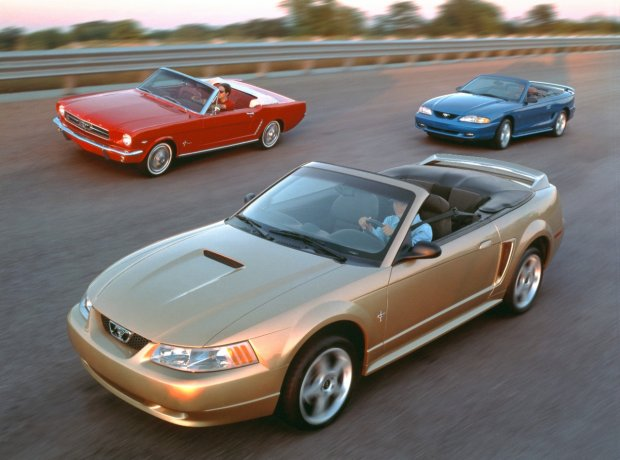 1965, 1994 i 1999 Ford Mustang Convertible