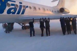 Na Syberii samolot zamarz� i nie m�g� wystartowa�. Pasa�erowie przepchn�li maszyn�