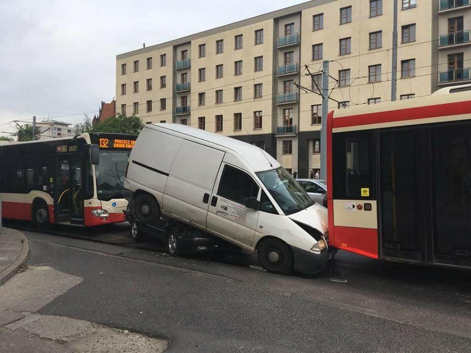Kolizja autobusu i dwóch samochodów pod Zieleniakiem