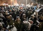 """Protest przeciw manipulacjom TVP. Podczas """"Wiadomości"""" ludzie wyszli na ulice [ZDJĘCIA]"""