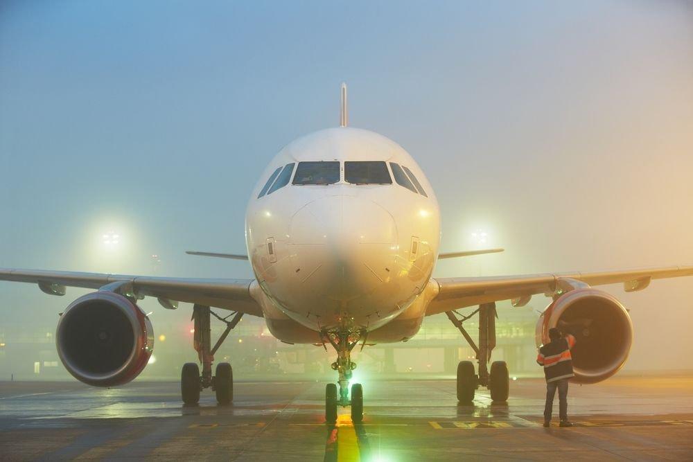 Nawet gęsta mgła nie uniemożliwia całkowicie startu samolotu. Lądowanie jest możliwe dzięki urządzeniom naprowadzającym. W skrajnych wypadkach pilot kieruje maszynę na inne lotnisko