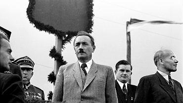Władysław Gomułka (na zdjęciu z prawej, z lewej Bolesław Bierut) był ponad trzy lata przetrzymywany (aresztowano go 2 sierpnia 1951 r., zwolniono 13 grudnia 1954 r.) w obiekcie UB w Miedzeszynie, części Wawra, prawobrzeżnej dzielnicy Warszawy. Nie siedział w celi, lecz w dużym pokoju z dwoma zakratowymi oknami, osobną łazienką i ubikacją. Spał na dwuosobowym tapczanie, dostawał książki i - jak twierdził ówczesny komendant obiektu - mógł dostawać do jedzenia to, co sobie zażyczył.