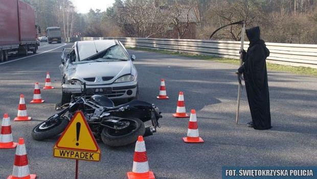Śmierć z kosą i zmasakrowane auto w Miedzianej Górze. Kierowcy przerażeni, ale o to chodziło