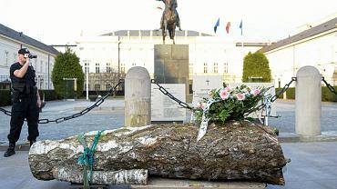 Pomnik Lecha Kaczyńskiego wyrzeźbiony w brzozie