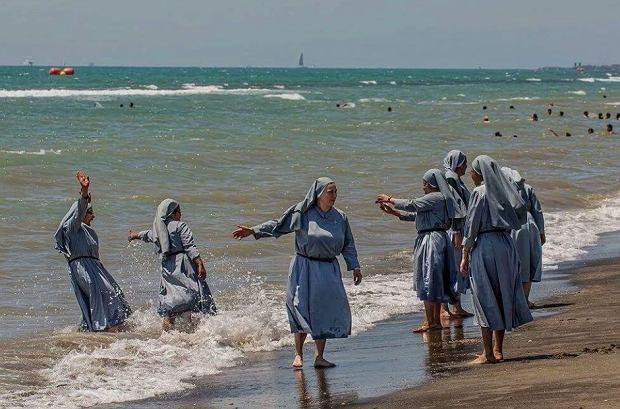 Czy zakonnice powinny zrzucać habity na plaży?