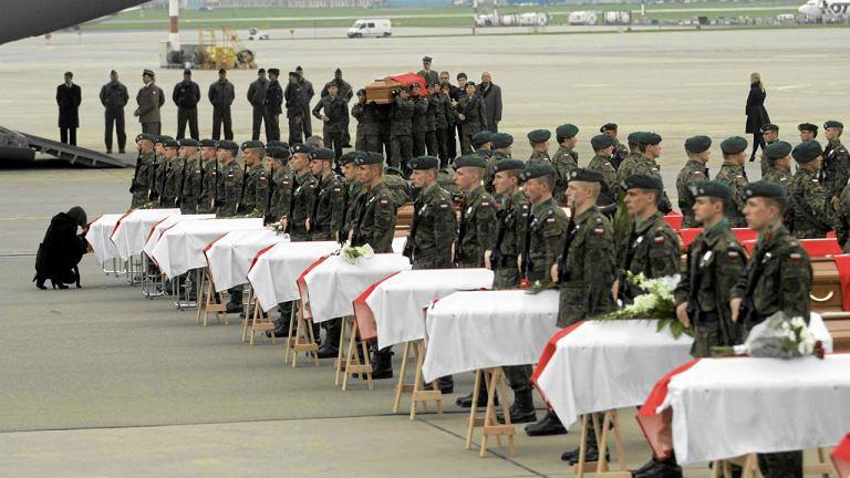 Trumny z ciałami ofiar katastrofy smoleńskiej na Okęciu, 14 kwietnia 2010