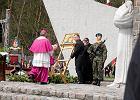 Silny wiatr przewrócił obraz Matki Boskiej. Na szczęście Andrzej Duda znów był na posterunku