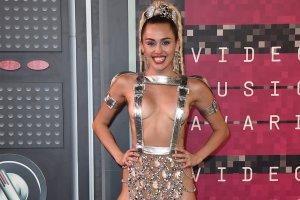 MTV VMA 2015: Miley pokaza�a prawie wszystko, w sk�pym stroju wyst�pi�y te� Britney Spears i Nicki Minaj. Seksowne czy wulgarne?