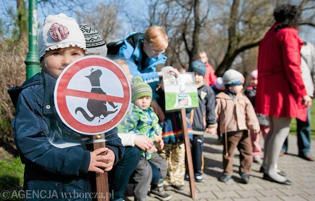 W Chorzowie w 2014 r. o czysto�� chodnik�w pr�bowano walczy� w ramach kampanii