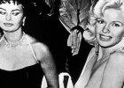 Sophia Loren z niesmakiem patrzy w wielki dekolt Mansfield. Po 57 latach skomentowa�a zdj�cie