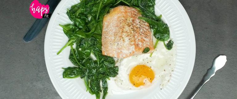 Łosoś pieczony ze szpinakiem i jajkiem. Najprostszy fit przepis, który zrobisz w jednym naczyniu