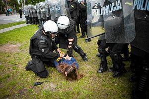 Błaszczak zleca kontrolę po zatrzymaniu córki radnej PiS podczas starć z policją. Matka: Jakby było na nią zlecenie