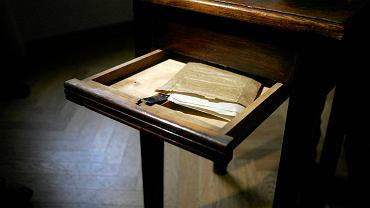 Stolik kupiony na Allegro z wąską szufladką, w której pan Piotr znalazł dokumenty z 1943 roku