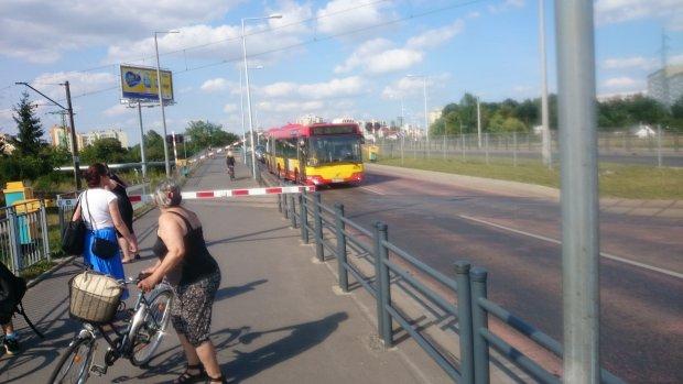Autobus MPK razem z pasa�erami utkn�� mi�dzy szlabanami PKP