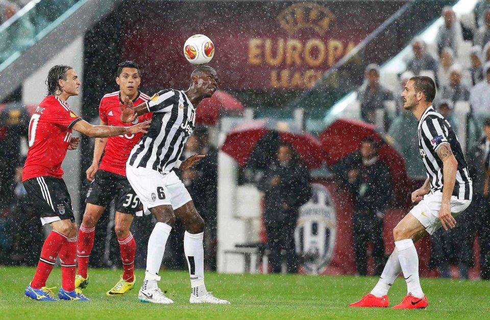 Sevilla i Benfica zagrają w finale LE. W jednym z półfinałów padł bezbramkowy remis (i opadło wiele milimetrów deszczu) - to Paul Pogba kontra rywale w spotkaniu Juventusu z Benfiką (0:0 i 1:2 w dwumeczu)