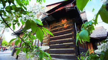 Drewniany dom na solidnej kamiennej podmurówce został zbudowany w 1900 roku. Beata i Wojtek zajmują jego parter.
