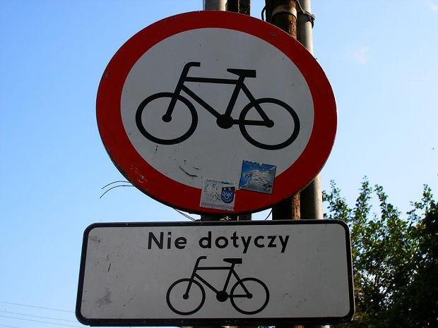 Znak zakazu wjazdu rowerów i tabliczka