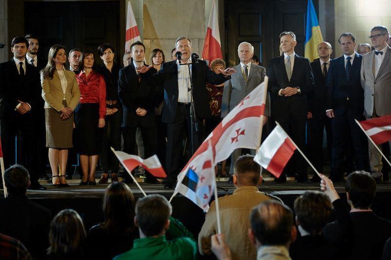 Pośrodku Lech Łotocki jako Lech Kaczyński / JACEK PIOTROWSKI/ materiały prasowe