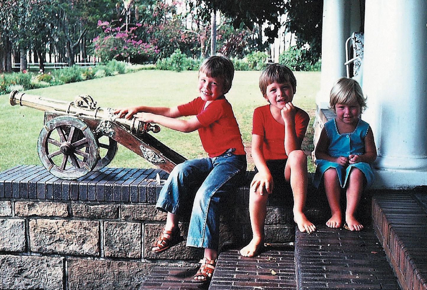 Od lewej Elon Kimbal i Tosca przed domem rodzinnym w RPA. Cała trójka mieszka obecnie w Stanach Zjednoczonych (fot. materiały prasowe)