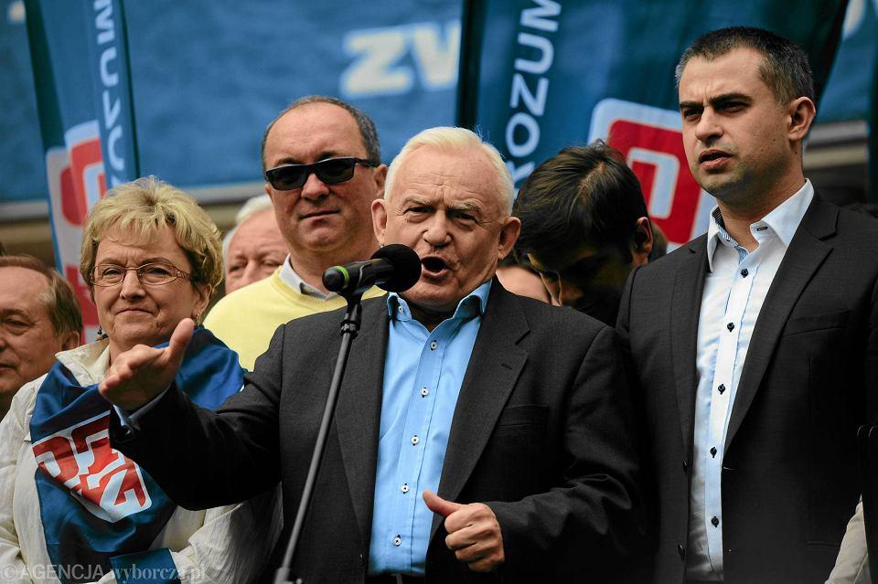 Leszek Miller podczas tegorocznego pochodu pierwszomajowego. Za nim  Włodzimierz Czarzasty