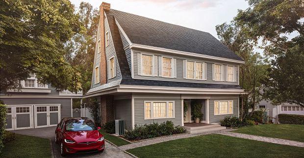Elon Musk prezentuje dachówki solarne - tanio nie jest