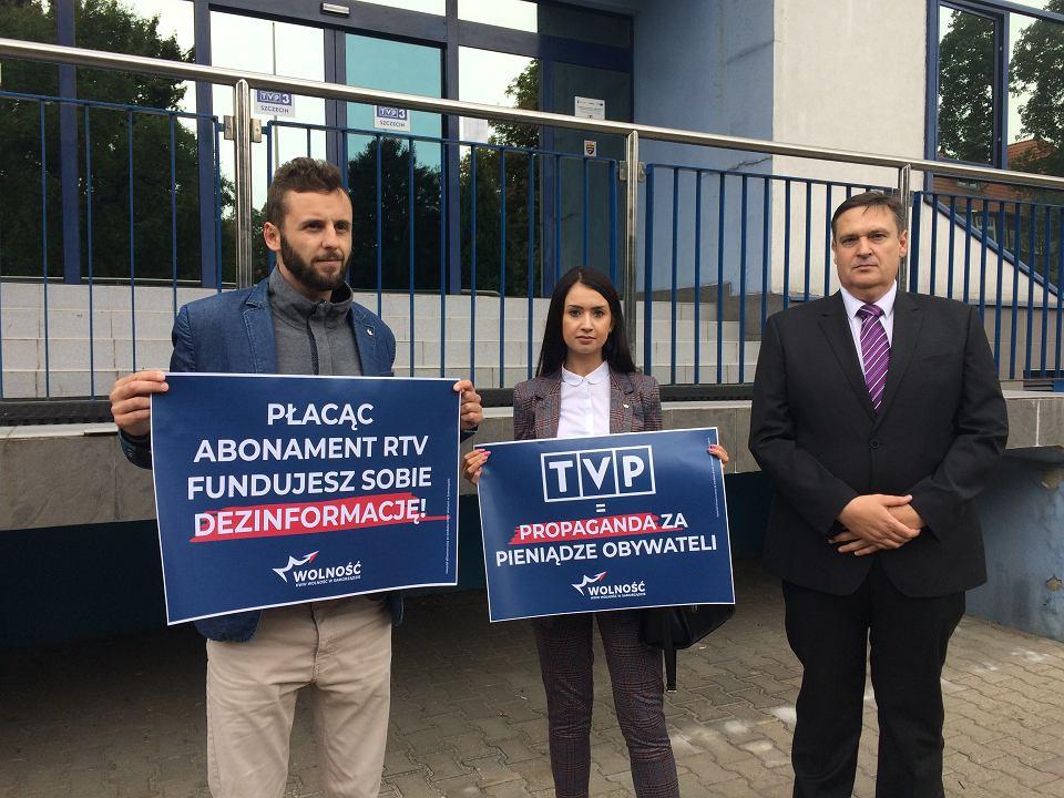 Przedstawiciele partii Wolność przed szczecińskim oddziałem TVP