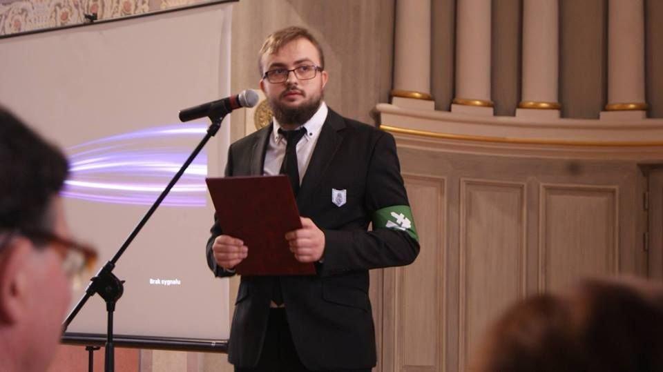 Członek ONR podczas wystąpienia w Liceum Ogólnokształcącym im. Stanisława Małachowskiego w Płocku