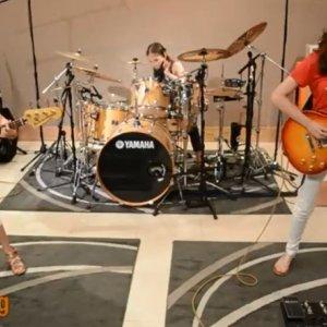 Dziewczynki graj� cover Metalliki. Z tak� energi�, �e... sp�jrzcie na perkusj�