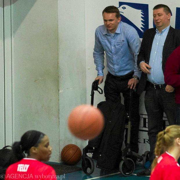 Krzysztof Cegielski na meczu koszykarek Artego Bydgoszcz z Wis�� Krak�w