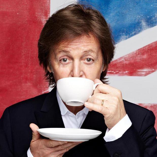 """Paul McCartney udowodnił swój talent aktorski i wziął udział w """"Mannequin Challenge"""". Członek grupy """"The Beatles"""" bezbłędnie zaliczył zadanie. 74- letni muzyk nagrał klip, w którym udawał manekina. Artysta do challengu wybrał hip-hopowy utwór """"Black Beatles""""."""